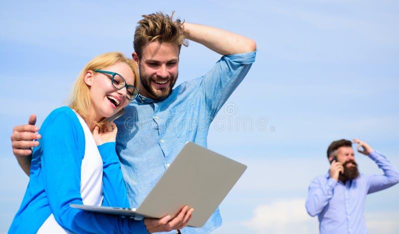 O operador móvel dá a boa conexão a Internet Aprecie a chamada Os pares apreciam a chamada video com conexão a Internet perfeita fotografia de stock