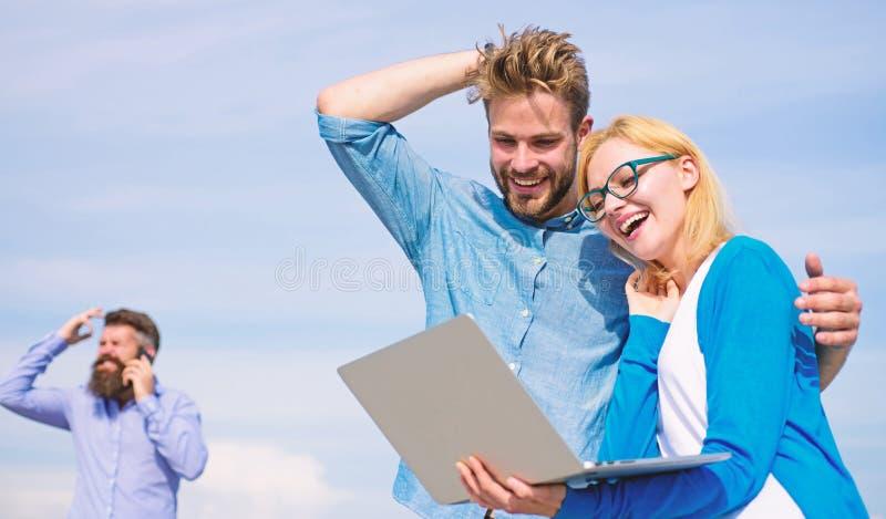 O operador móvel dá a boa conexão a Internet Aprecie a chamada Os pares apreciam a chamada video com conexão a Internet perfeita imagens de stock