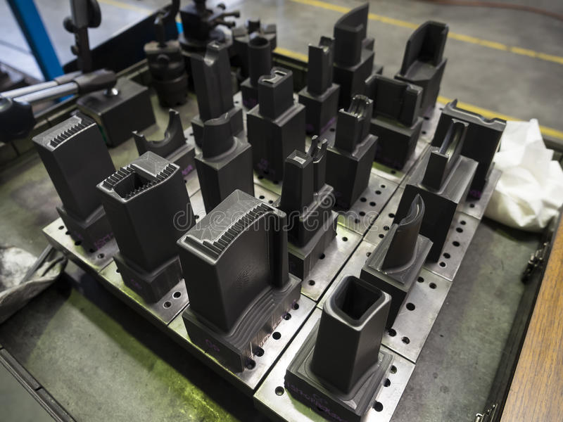 O operador prepara o electrod de EDM do molde da precisão e morre foto de stock