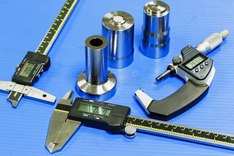 O operador prepara o equipamento de medição ao molde da inspeção e morre fotos de stock royalty free