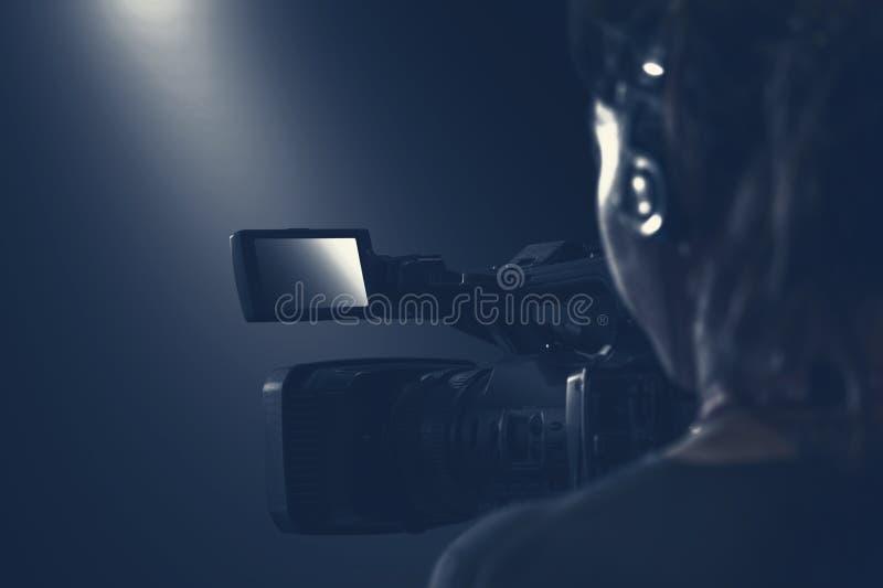 O operador video faz imagens de vídeo com câmara de vídeo e h audio foto de stock