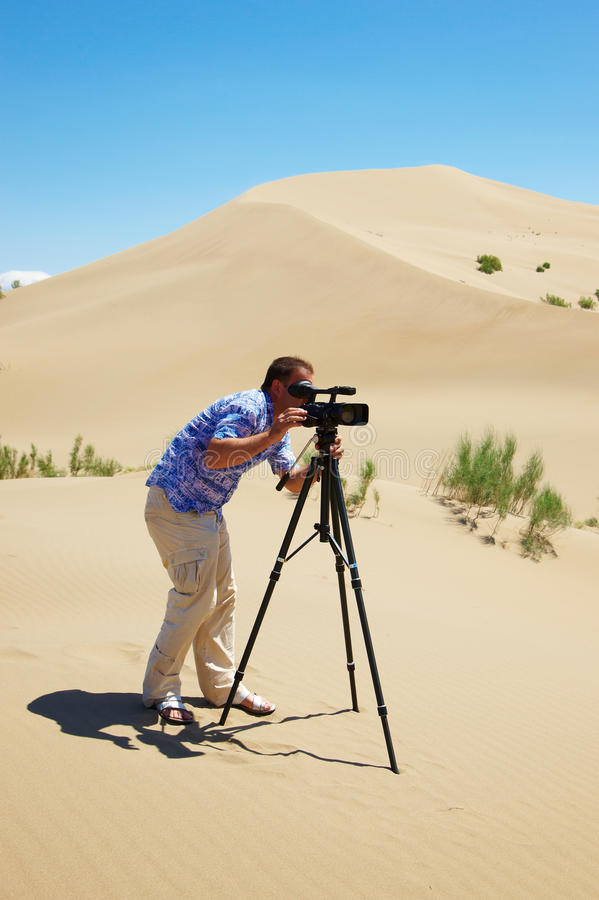 O operador video no deserto fotos de stock