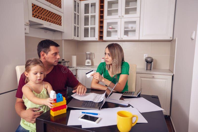 O orçamento de família e os pares das finanças com planeamento da filha dirigem b fotos de stock royalty free