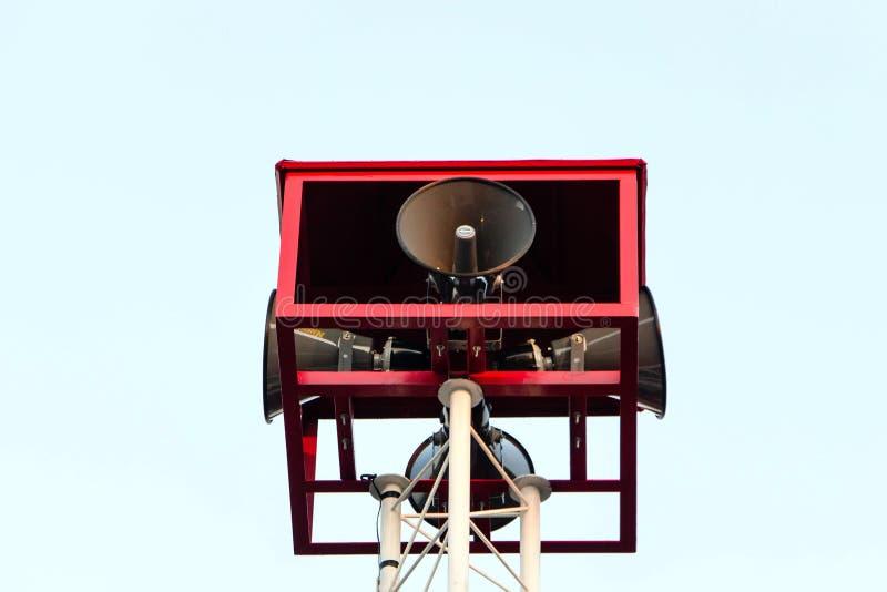 O orador anuncia a notícia com fundo do céu foto de stock royalty free