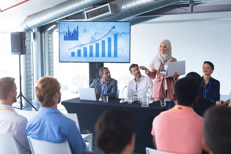 O orador fêmea com portátil fala no seminário do negócio fotos de stock royalty free