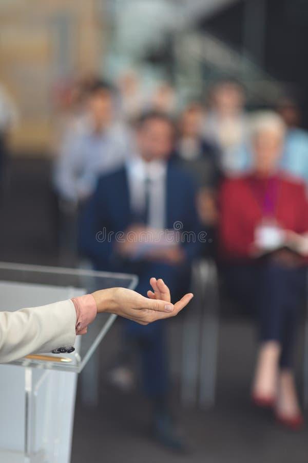 O orador fêmea fala em um seminário do negócio imagem de stock royalty free