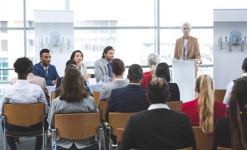 O orador fêmea fala em um seminário do negócio fotografia de stock