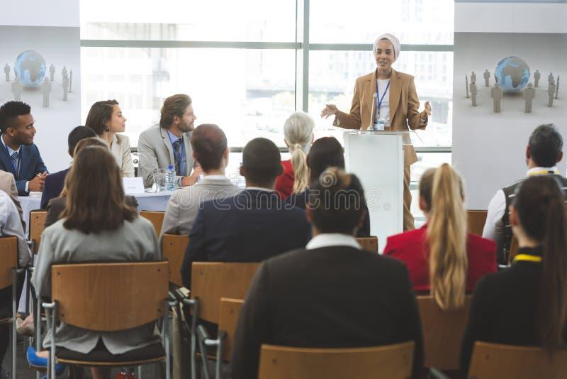 O orador fêmea fala em um seminário do negócio imagens de stock