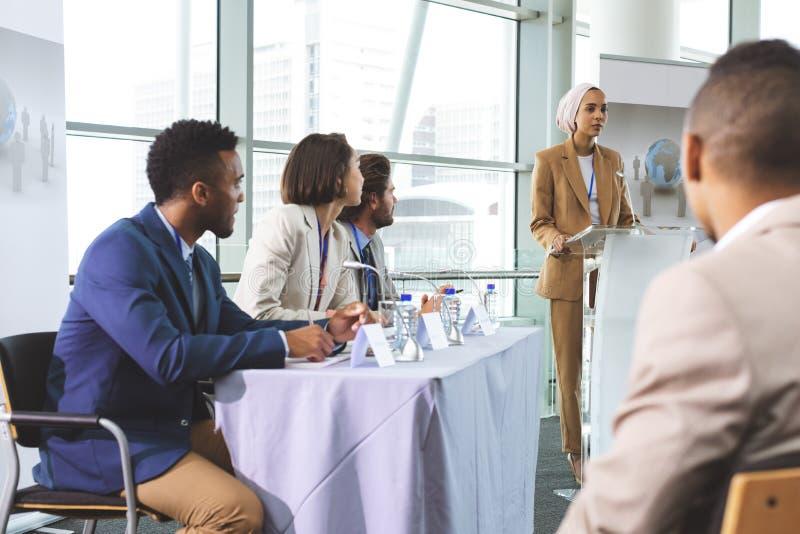 O orador fêmea fala em um seminário do negócio fotos de stock royalty free