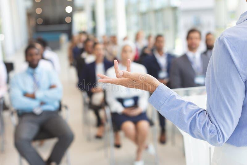 O orador fêmea fala em um seminário do negócio foto de stock royalty free