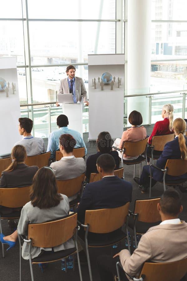 O orador masculino com portátil fala em um seminário do negócio imagens de stock royalty free
