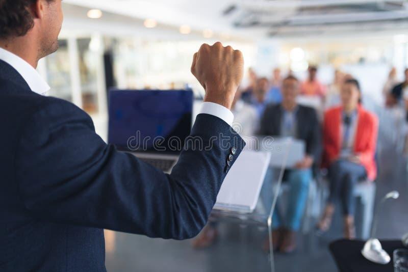 O orador masculino fala em um seminário de negócios fotos de stock royalty free