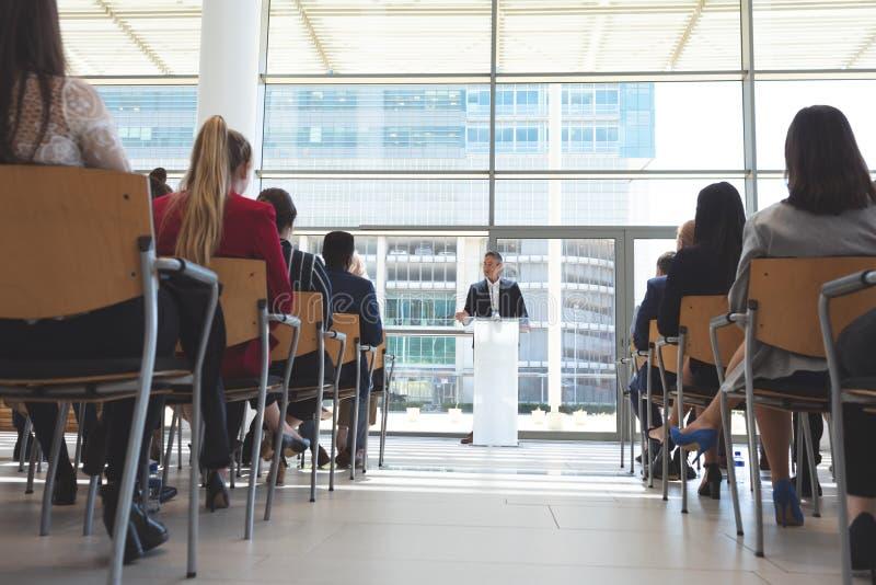 O orador masculino fala em um seminário do negócio fotografia de stock royalty free