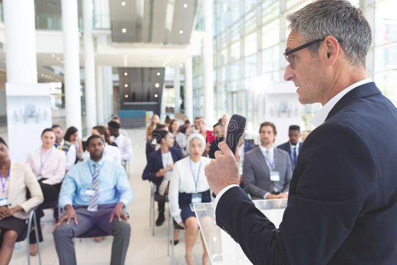 O orador masculino fala em um seminário do negócio foto de stock