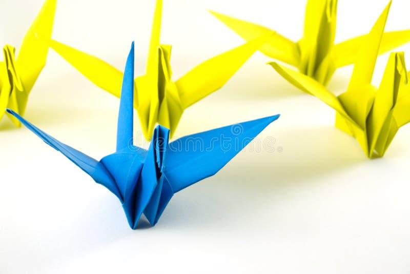 O origâmi que os pássaros demonstram pensa o conceito diferente imagem de stock