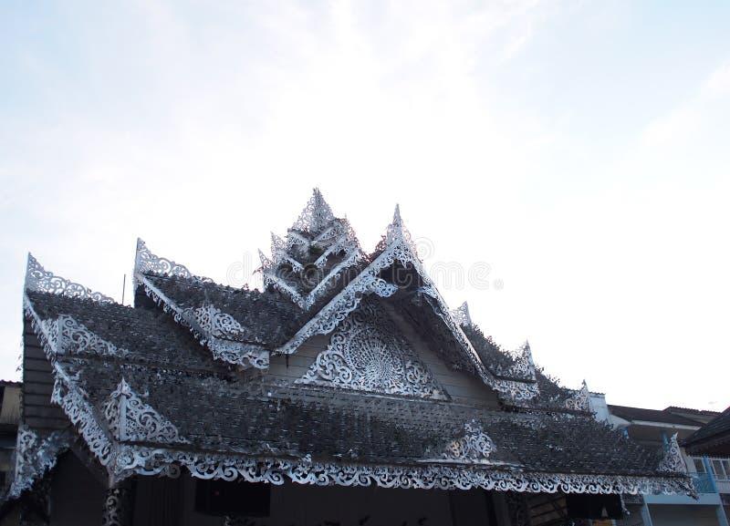O ornamento artístico modela elementos decorativos na parte superior do telhado imagem de stock