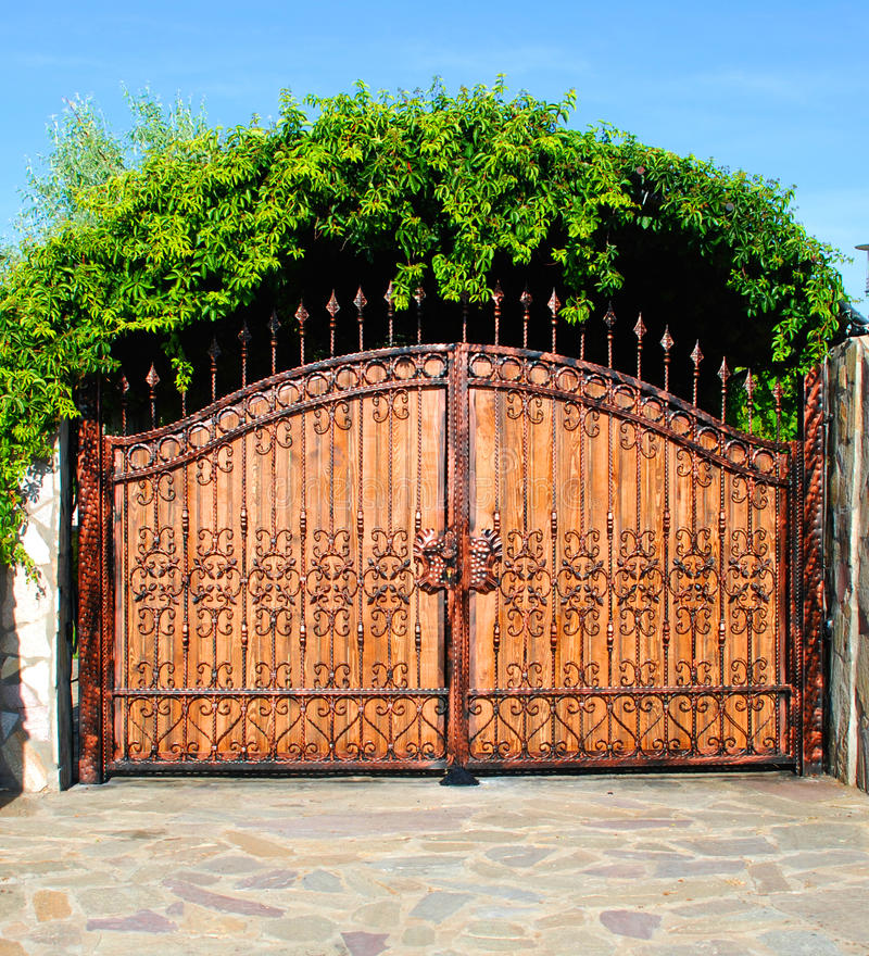 O ornamento forjou a porta de jardim grande do ferro foto de stock royalty free