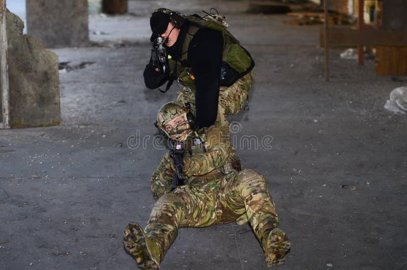 O os soldados com m4 fotos de stock