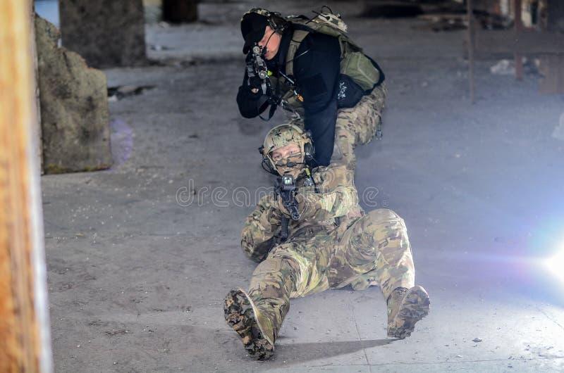 O os soldados com m4 foto de stock