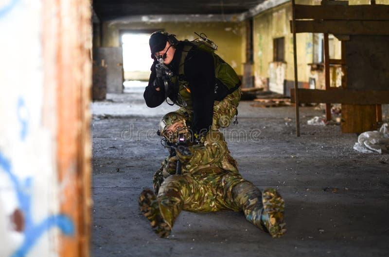 O os soldados com m4 fotografia de stock