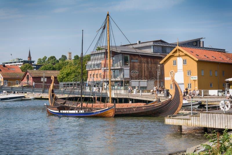 O Oseberg Viking Ship e sua cópia no fiorde, Tonsberg, Noruega imagens de stock