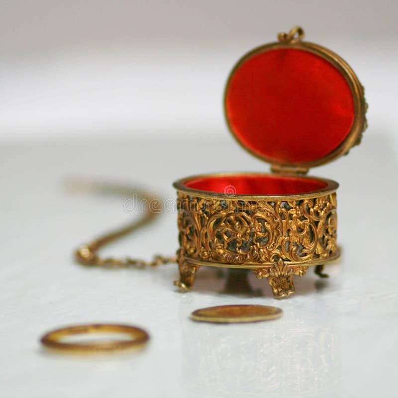 O ouro antigo e o veludo vermelho encaixotam a vida imóvel imagem de stock royalty free