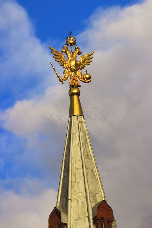 O ouro chapeado dobro-dirigiu a águia no pináculo fotografia de stock royalty free