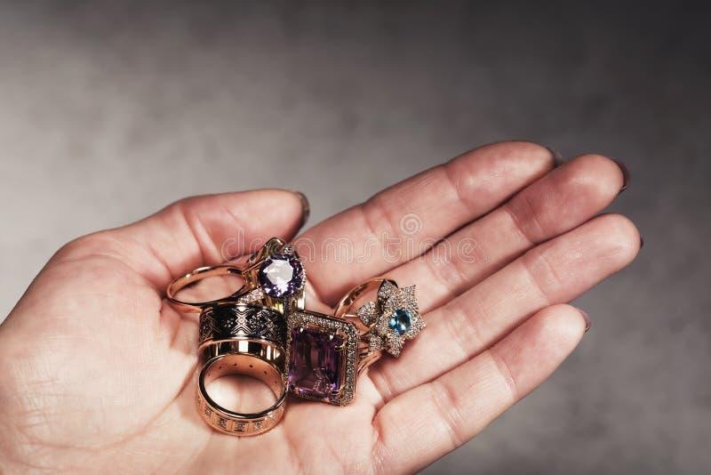 O ouro diferente soa à disposição o close-up Sucata de metal precioso foto de stock royalty free