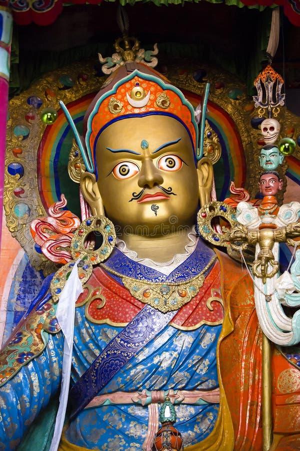 O ouro pintou a estátua de Guru Rinpoche, Padmasambhava no monastério de Hemis, distrito de Leh, Ladakh, Índia norte fotos de stock royalty free