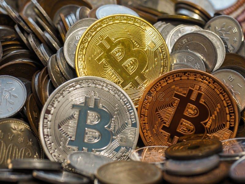 O ouro, a prata e o bronze Bitcoin inventam na grande pilha de moedas fotografia de stock royalty free
