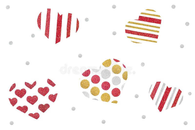 O ouro vermelho e o coração de prata do brilho dispersam o corte do papel no fundo branco fotos de stock