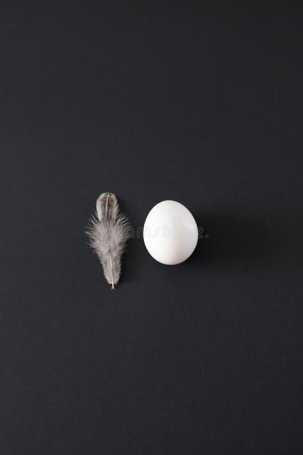 O ovo branco minimalistic da decoração da Páscoa e a galinha branca emplumam-se foto de stock royalty free