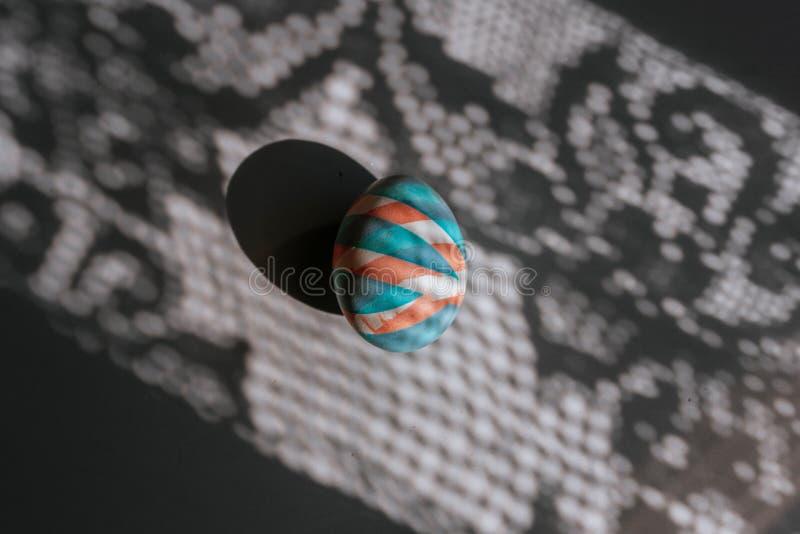 O ovo colorido easter pintou com as tinturas naturais em sombras e em fundo da cor fotografia de stock royalty free