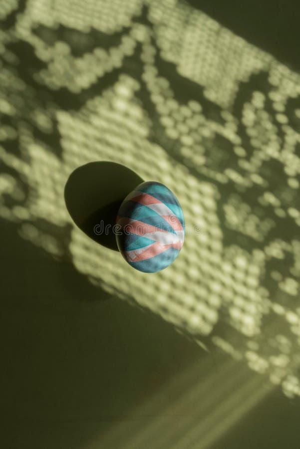 O ovo colorido easter pintou com as tinturas naturais em sombras e em fundo da cor fotos de stock royalty free