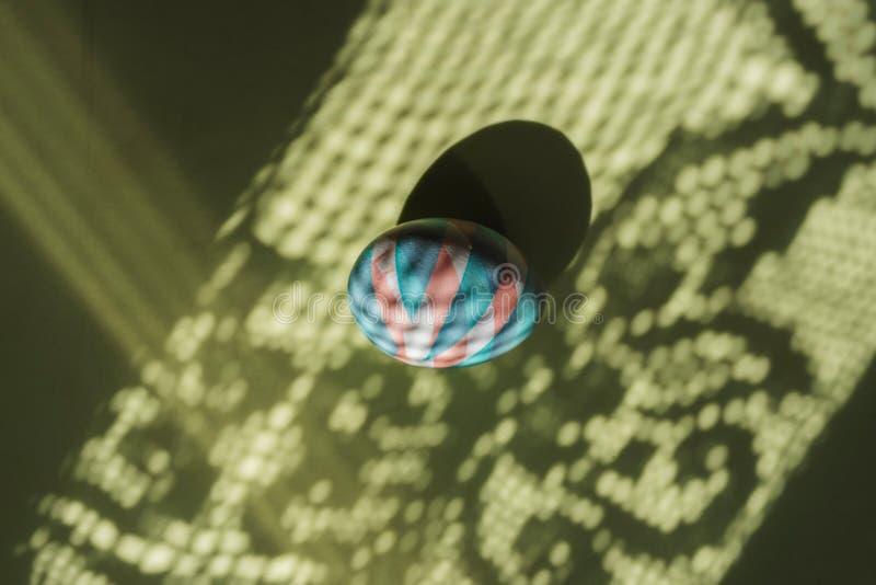 O ovo colorido easter pintou com as tinturas naturais em sombras e em fundo da cor imagem de stock