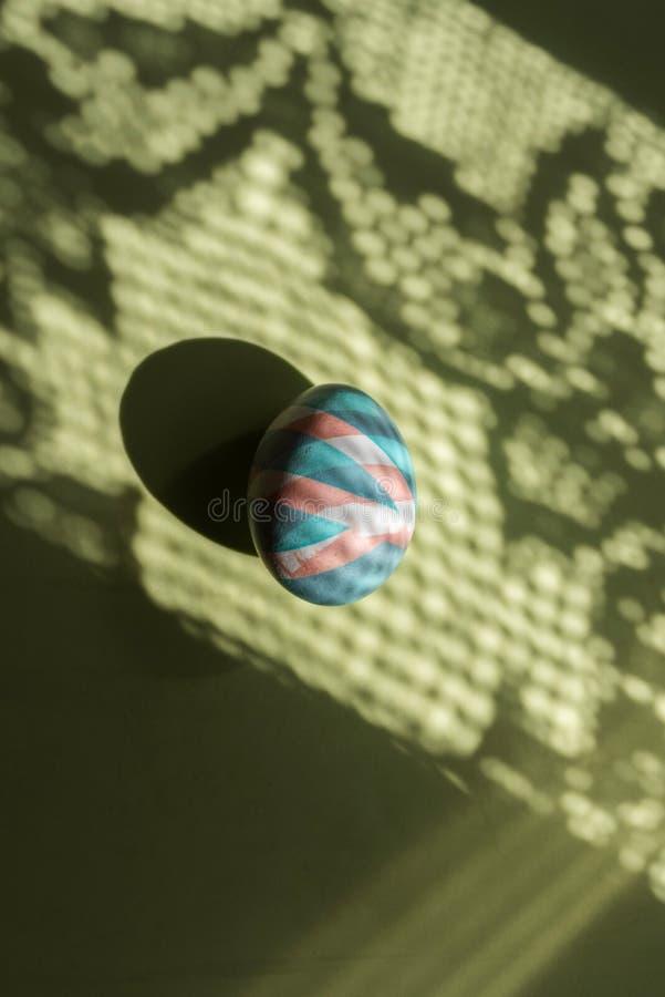 O ovo colorido easter pintou com as tinturas naturais em sombras e em fundo da cor fotografia de stock