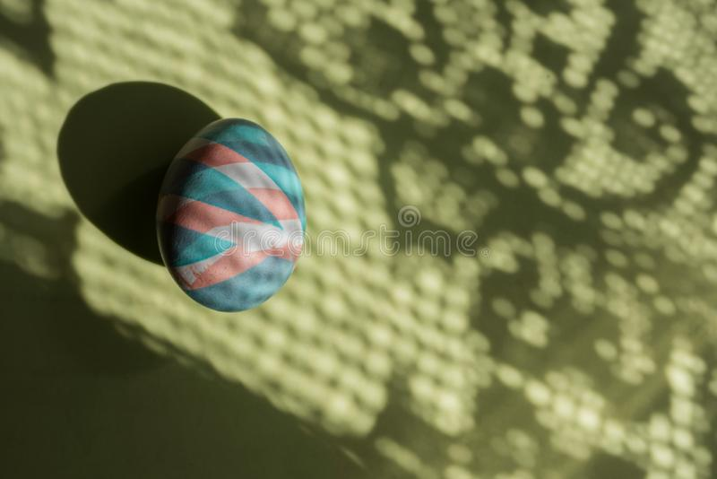 O ovo colorido easter pintou com as tinturas naturais em sombras e em fundo da cor imagem de stock royalty free