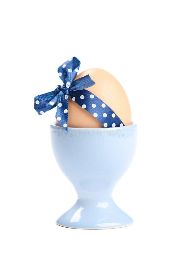 O ovo da páscoa colorido com azul polca-pontilhou a fita fotografia de stock royalty free