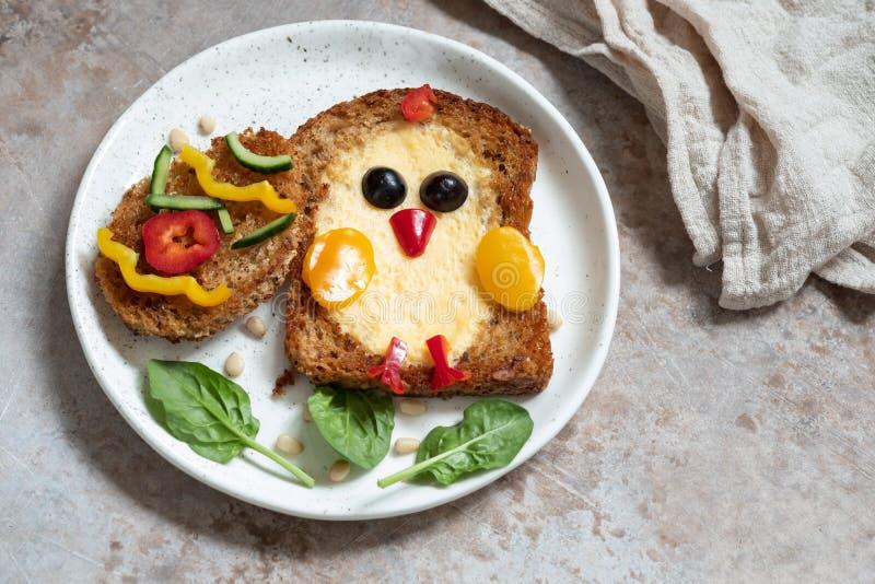 O ovo em um furo é olhar do café da manhã como o pintainho imagem de stock