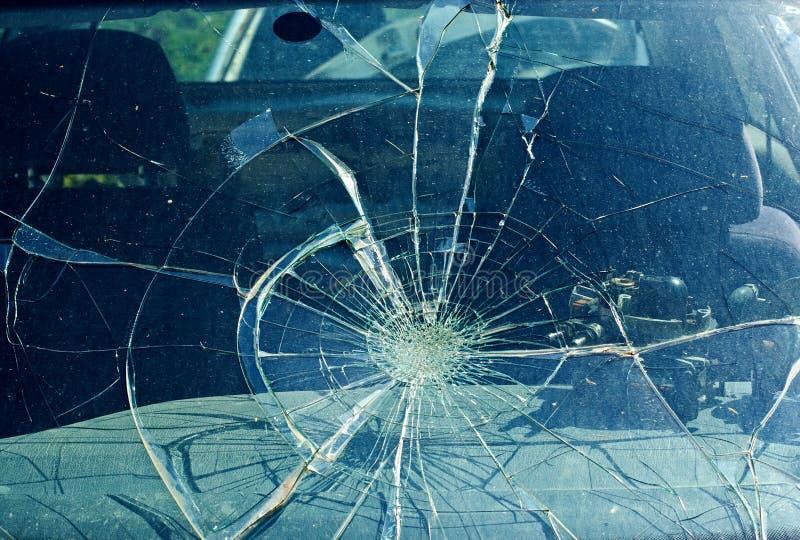 O pára-brisa quebrado no acidente de transito fotografia de stock royalty free