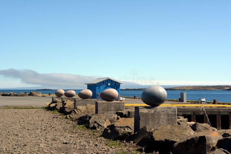 O pássaro de pedra eggs na frente marítima em Djupivogur em Islândia verão 2017 fotos de stock
