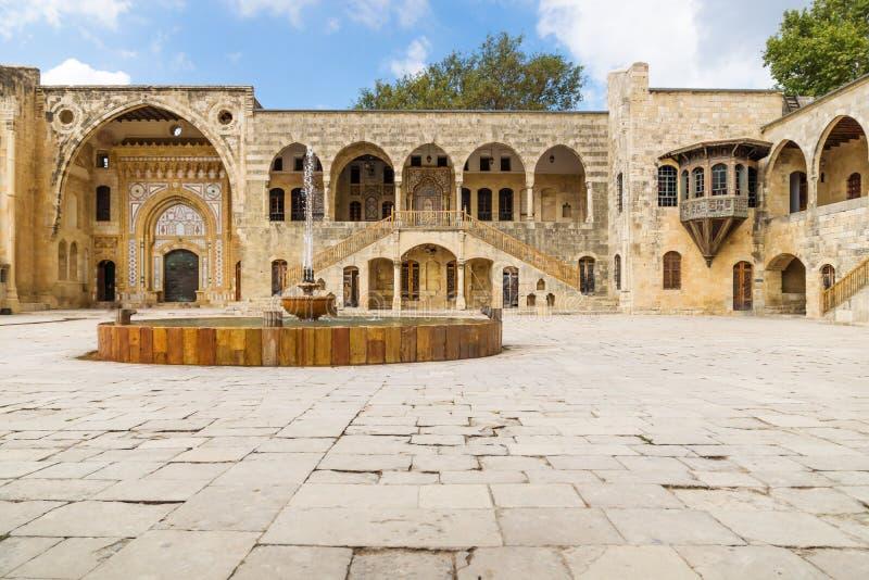 O pátio com a fonte em Emir Bachir Chahabi Palace Beit ed-janta na montagem Líbano Médio Oriente, Líbano fotografia de stock