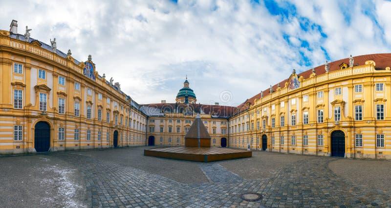 O pátio da abadia de Melk, claustro austríaco do licor beneditino, Áustria imagens de stock royalty free