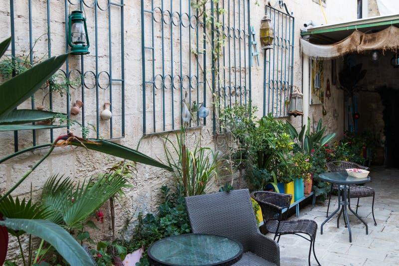 O pátio de Michel House na cidade velha de Nazareth no pátio de IsrThe de Michel House na cidade velha de Nazareth em Israe foto de stock royalty free