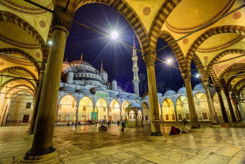 O pátio de Sultan Ahmet Mosque, Istambul, Turquia imagens de stock royalty free