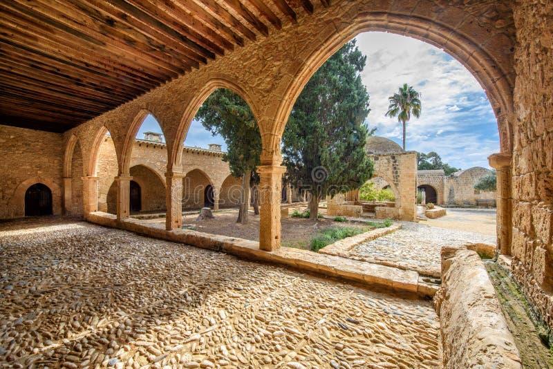 O pátio do monastério de Agia Napa arqueia em Chipre 7 imagem de stock