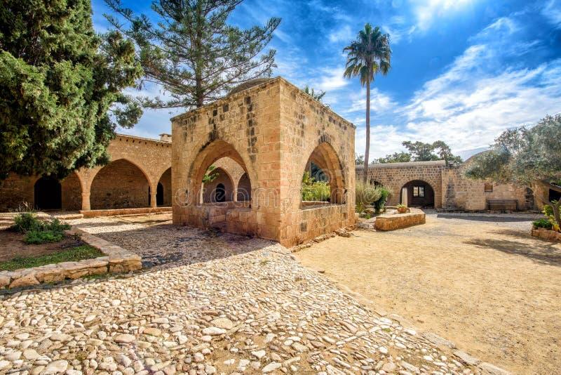 O pátio do monastério de Agia Napa arqueia em Chipre 7 foto de stock