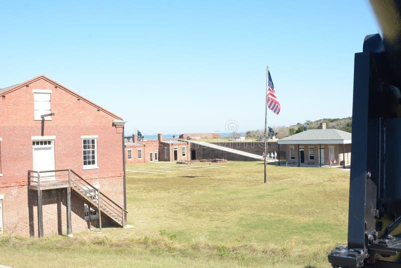 O pátio do rebitamento do forte como visto da posição vantajosa de uma bateria do canhão na parede fotografia de stock royalty free