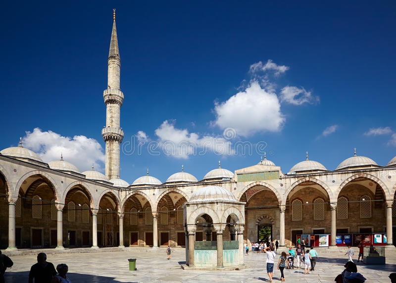 O pátio interno de Sultan Ahmed Mosque (mesquita azul), Istanb foto de stock royalty free
