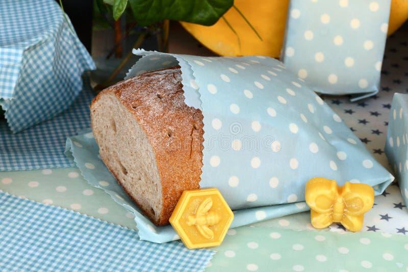 O pão é embalado em um pano encerado fotos de stock